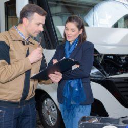 rozmowa między sprzedawcą przyczep kampingowych a klientką